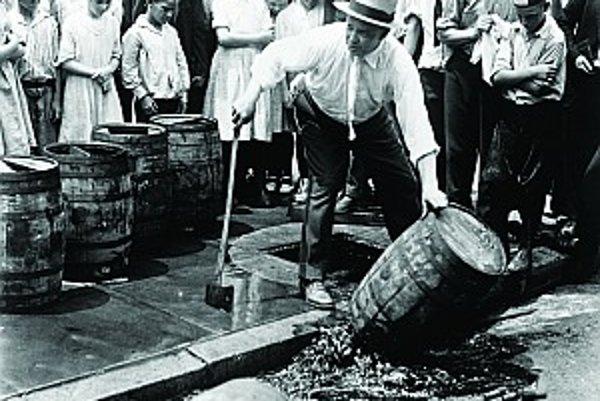 Predstavitelia zákona demonštratívne vylievajú sudy s alkoholom do kanála. Začiatok prohibície v USA, 1920