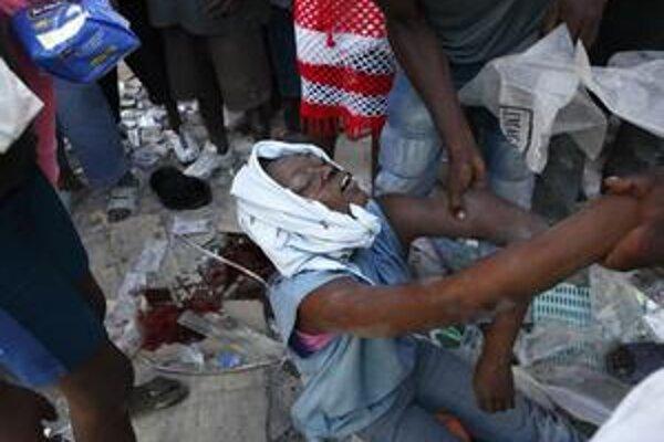 Naši lekári posielajú posily do terénu. Zranení na Haiti hľadajú vodu a jedlo.