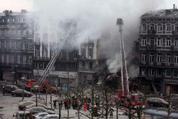 Záchranári pri troskách budovy v centre mesta.
