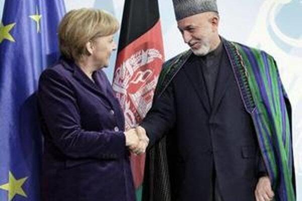 Afganský prezident sa zatiaľ musí spoliehať najmä na spojencov z NATO. (Na fotografii s nemeckou kancelárkou Angelou Merkelovou)