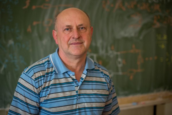 Učiteľ fyziky Jozef Smrek.
