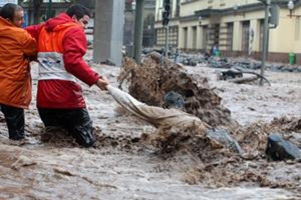 Záchranári pomáhajú obeti záplav.