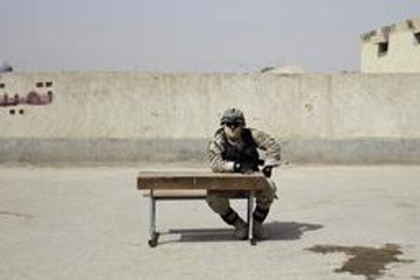 Iracký vojak stráži volebnú miestnosť.