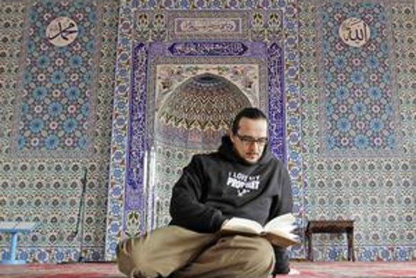 Kesmen v mikine s nápisom Mám rád svojho proroka.
