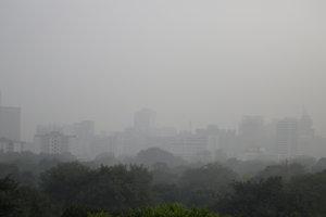 Obyvatelia Nai Dillí sa v utorok ráno zobudili do hustého smogu.