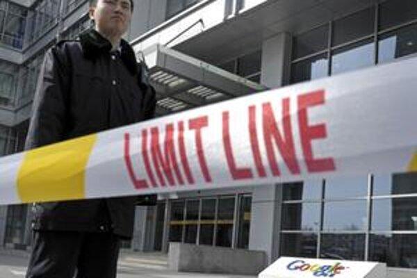 Čínsky strážnik pred sídlom Google v Pekingu.