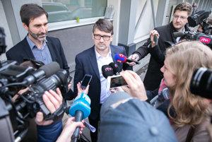 Minister Maďarič hovorí s novinármi.