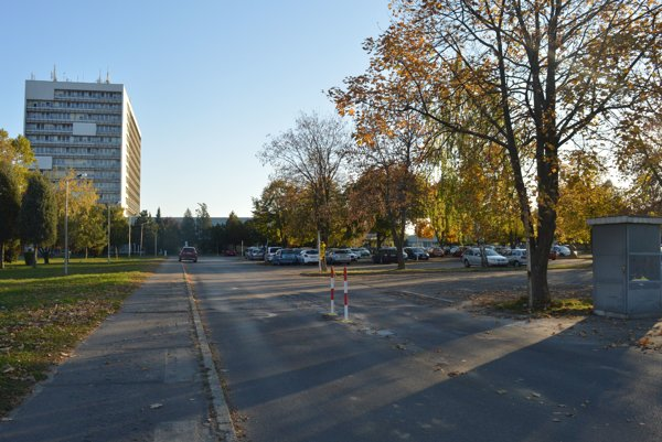 Parkovisko pred nemocnicou vNových Zámkoch.