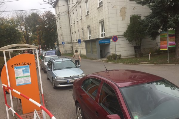 Pri východe z nemocnice sa často tvoria kolóny odstavených áut, ktoré blokujú ostatných.