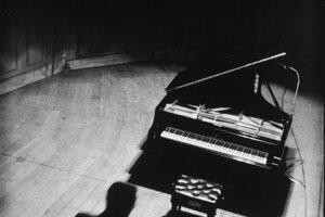 Klavír so siluetou Guldu v Teatro Colon, 1949. S dovolením Rakúskej národnej knižnice.