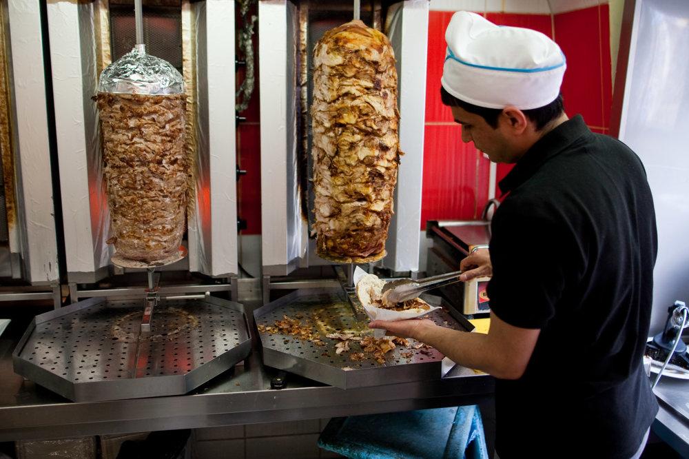 """""""Bratislava, to je taká veľká dedina. Je tu málo ľudí a pokoj,"""" smeje sa majiteľ reštaurácie s kebabom."""