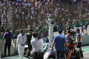 Dojímavá rozlúčka Felipeho Massu s brazílskymi fanúšikmi po skončení veľkej ceny Brazílie.