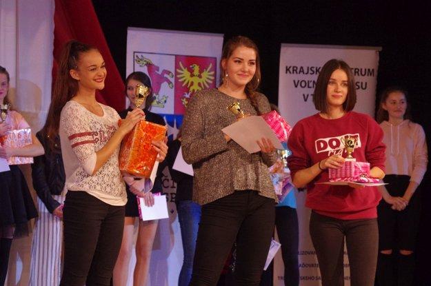 Víťazky druhej kategórie tanečnej súťaže.