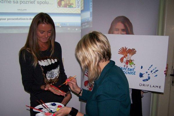 Daniela Hantuchová ide odtlačiť svoju dlaň na obraz projektu.