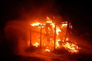 Moldava. Už sa nedalo pomôcť, chatrč zhorela do tla.