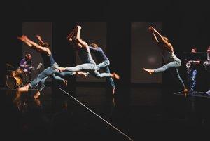 Tanečníci v novej inscenácii reflektujú situáciu v kraji. V čase jej vzniku ešte nebolo jasné, či Marian Kotleba ako župan zostane. Sľuboval likvidáciu Divadla Štúdio tanca.