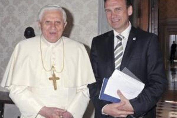 Durínsky premiér Dieter Althaus (vpravo) pózuje s pápežom Benediktom XVI. počas svojej návštevy Vatikánu v apríli 2008.