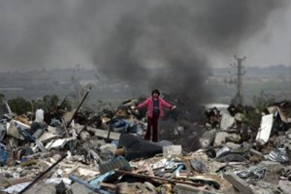 Palestínske dievča stojí uprostred Gaza City.