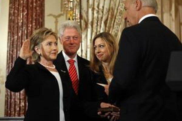 Nová šéfka diplomacie Hillary Clintonová zložila v pondelok inauguračnú prísahu do rúk viceprezidenta Joa Bidena.