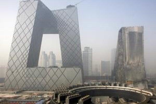Odvážnu televíziu i zhorený hotel (vpravo) navrhli holandskí architekti Rem Koolhaas a Ole Scheeren.