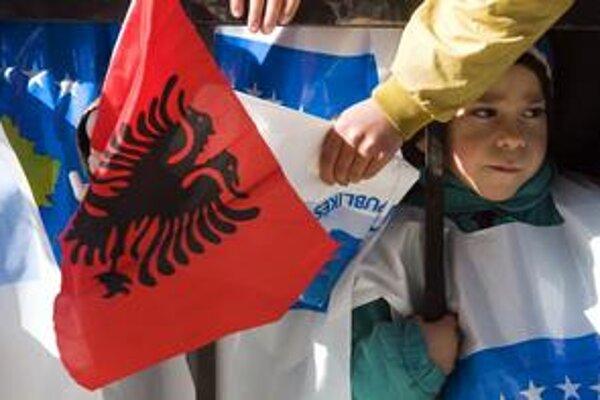 Okrem kosovských zástav bolo na oslavách v uliciach Prištiny včera vidieť aj albánske vlajky.