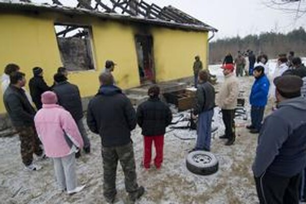 Rómovia pred zhoreným domom  v Tatárszentgyörgyi.