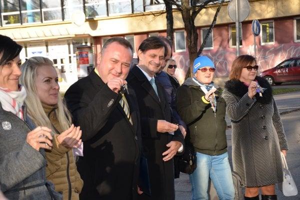 Účastníci spomienkového podujatia si aj zaštrngali kľúčami, čo bolo jedným z viacerých symbolov občianskych protestov proti vtedajšej totalitnej moci.