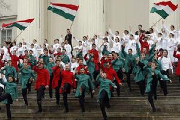 Tanečníci pred budovou Národného múzea počas osláv výročia protihabsburgskej revolúcie.
