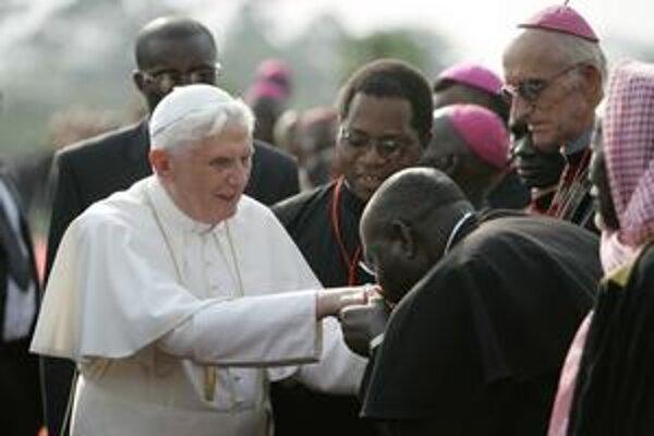 V štvrtok by mal pápež celebrovať svätú omšu pod holým nebom v Kamerune, v piatok plánuje odletieť do Angoly.