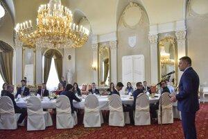 Premiér Robert Fico počas slávnostného obeda s 18 vysokoškolákmi pri príležitosti štátneho sviatku – Dňa boja za demokraciu a Medzinárodného dňa študentstva v Bratislave.