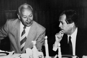 Alexander Dubček. Pomenujú po ňom časť Krásnej. Pri ňom sedí Václav Havel, ktorého meno zatiaľ žiadna košická ulica nenesie.