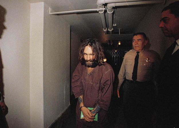 Fotografia z roku 1969. Mansona po zadržaní eskortujú do cely.