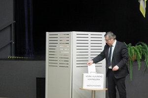 Púchovskí poslanci zvolili nového hlavného kontrolóra tajným hlasovaním.