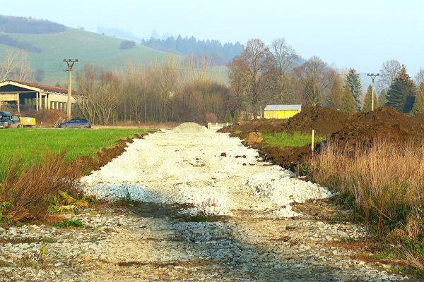 Na miestach, kadiaľ povedie cesta, je už zhrnutá ornica avysypaný štrk.