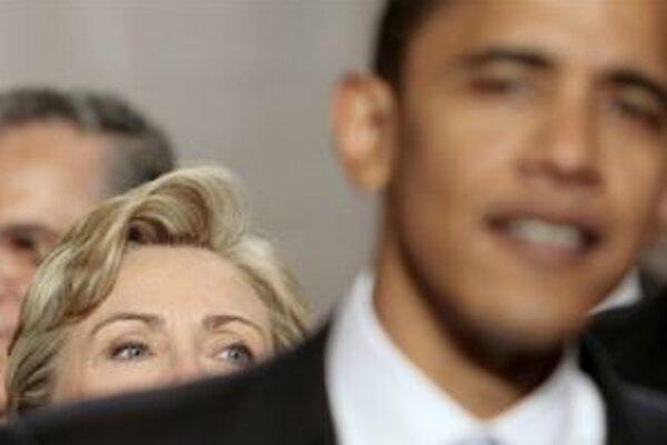Dvaja najsilnejší demokratickí kandidáti. Hillary Clintonová stojí na fotografii síce za Barackom Obamom, podľa prieskumov však nad ním vedie.