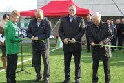 Slávnostným prestrihnutím pásky uviedli ihrisko do užívania. Zľava: Ján Hartel, Ján Kováčik a Jozef Paršo.