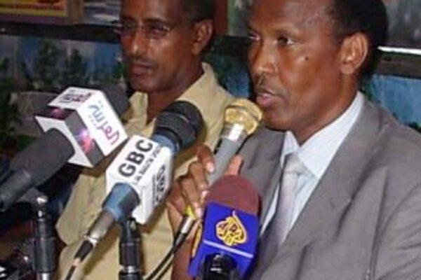 Somálsky premiér Ali Muhamad Gedi hovorí k poslancom. Gedi v nedeľu povedal, že v Kismajo sa ukrývajú traja hľadaní muži, ktorí sú podozriví z bombových útokov na dve ambasády Spojených štátov v Keni a Tanzánii v roku 1998.