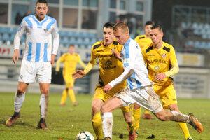 Marián Chobot z FC Nitra preniká okolo hráča súpera.