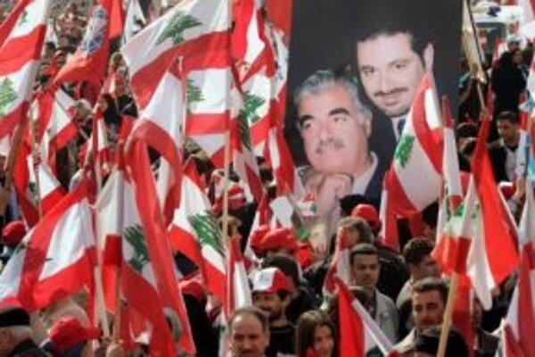 Libanončania nesú transparent s fotografiou Rafíka al-Harírího a jeho syna.