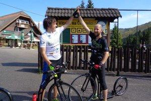 Dvojica kolobežkárov  Kolobežkári: vľavo Peter, vpravo Belo, ktorí absolvovali asi tisíc kilometrov.