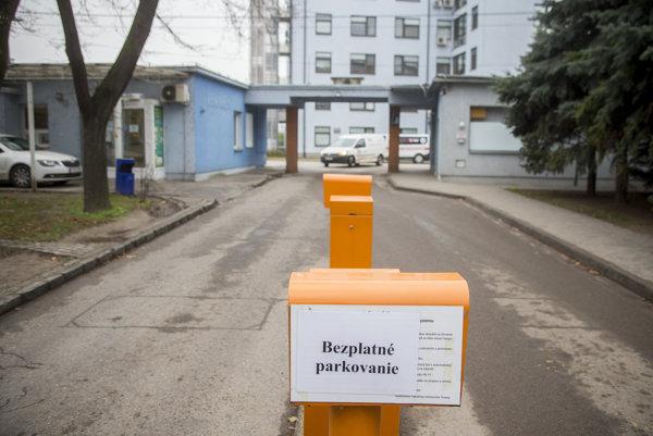V trnavskej fakultnej nemocnici rezignovali na regulované bezplatné parkovanie. Zadarmo a neobmedzene parkujú všetci, nielen pacienti.