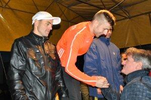 Víťaz Patrik Vyšňovský počas dekorovania víťazov (na fotke v strede)