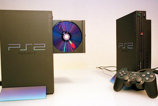 Staršia verzia konzoly PlayStation 2.