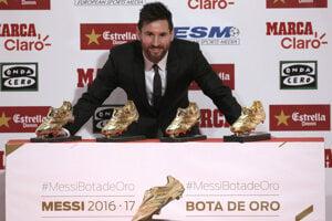 Lionel Messi pózuje so svojimi Zlatými kopačkami.