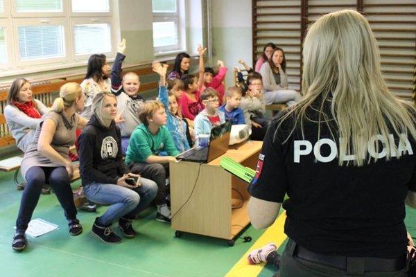 Polícia medzi deťmi vysvetľovala, prečo je dobré byť na ceste videný.