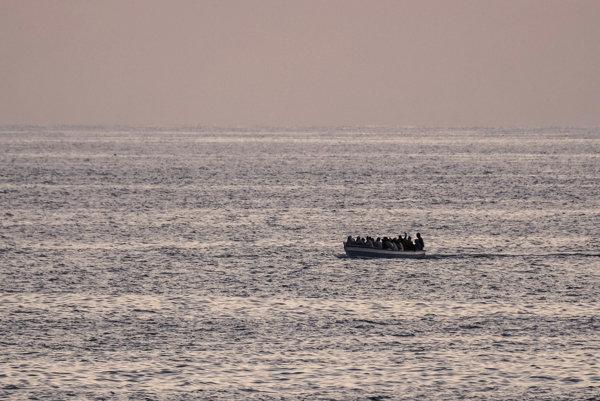 O potopenej lodi úrady informovali dve ženy a muž.