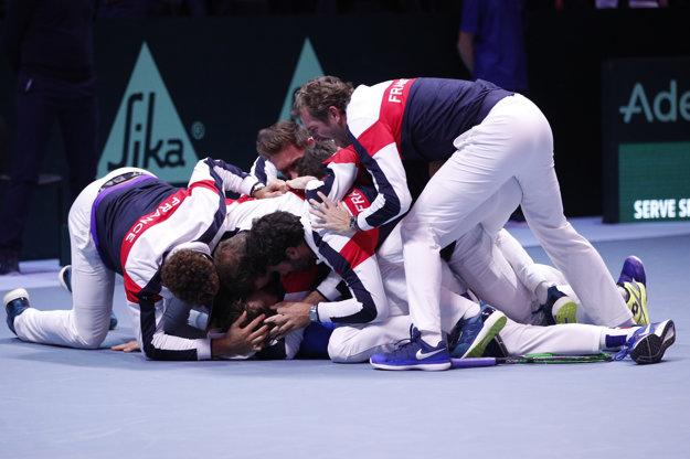 Reprezentačný tím Francúzska oslavuje víťazstvo v Davisovom pohári.