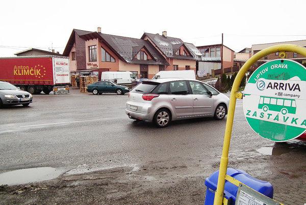 Pri vjazde do Klina. Prejsť zjednej strany hlavnej cesty pri Kline na druhú je pre chodcov problém.