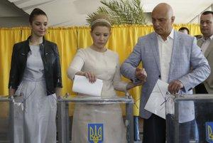 Prezidentské voľby na UkrajineJúliu Tymošenkovú sprevádzal jej manžel Oleksandr a dcéra Jevgenija.