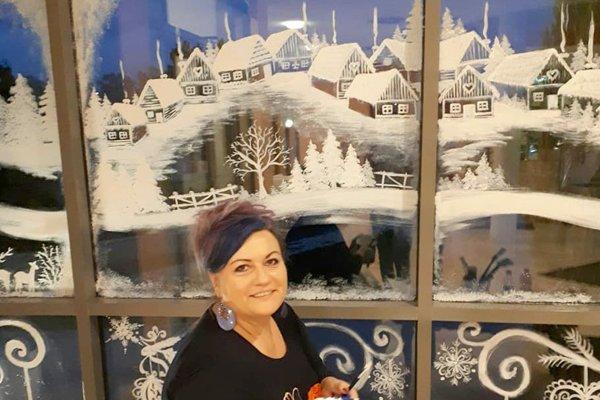 Martina Bešinová Nehézová vytvára na sklo takéto zimné obrázky.